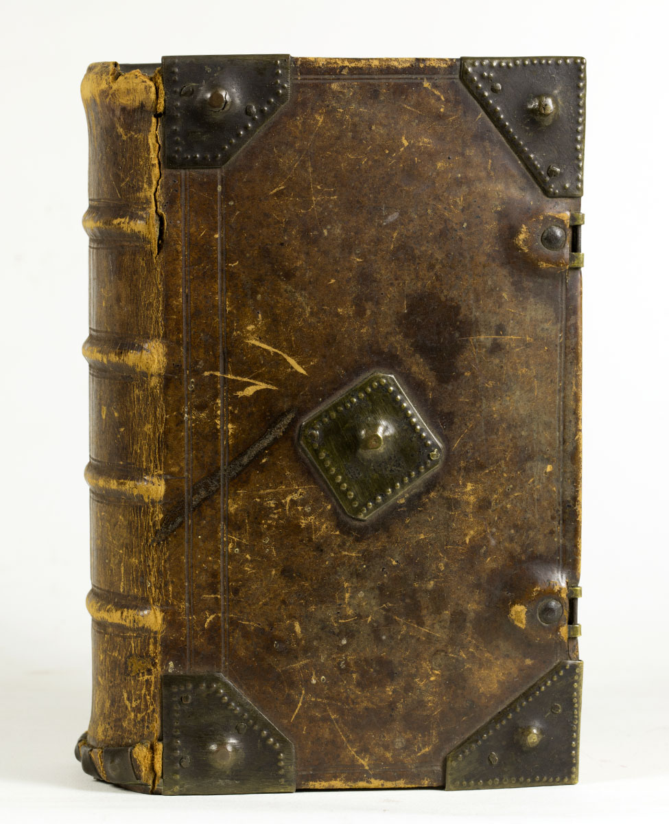 Ausbund, das ist: Etliche schöne christliche Lieder (Germantown, 1785). Though this Pennsylvania German liturgical binding is missing its clasps, the rest of the binding is in good condition. These modest bindings rarely fall apart, a testament to the good craftsmanship and the sturdy binding structure used by Pennsylvania German bookbinders.